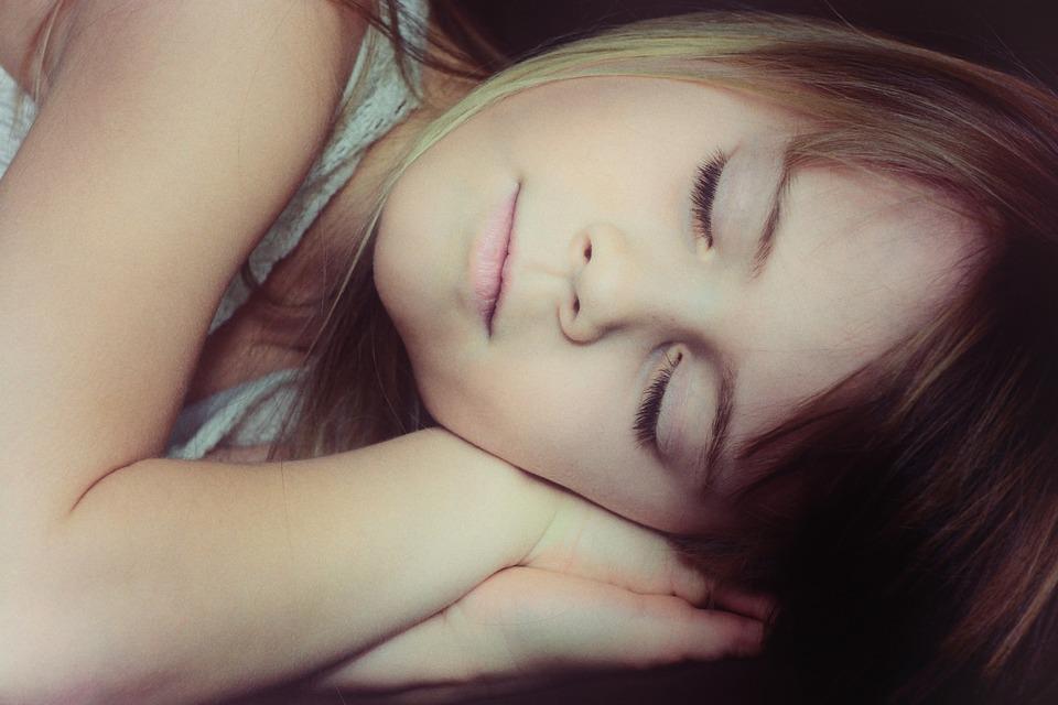 kind schläft tief
