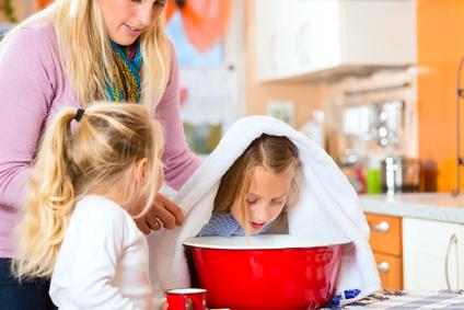 Kind Inhaliert Kochsalzlösung