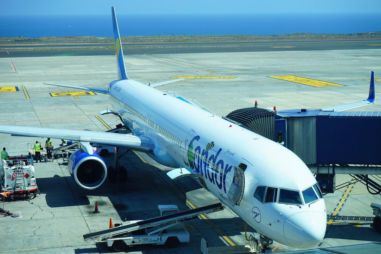 Condor Kinder fliegen Flughafen