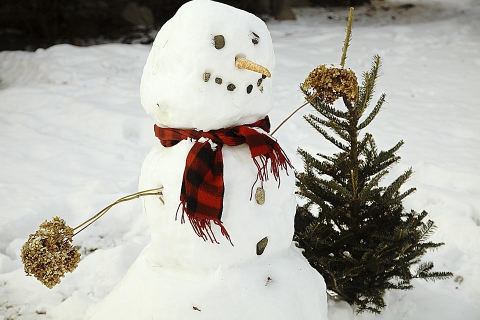 Kinder Schneemann bauen