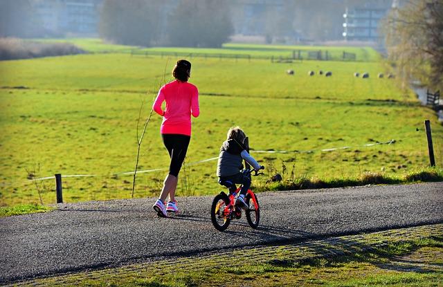 Kind lernt Fahrradfahren