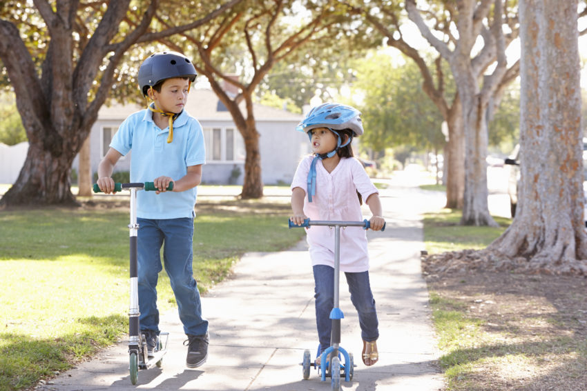 Kinder beim Roller fahren