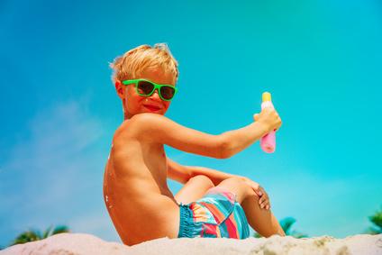Kinder vor Sonnenbrand schützen