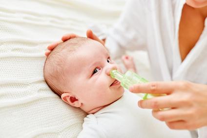 Baby hat Schnupfen Nasensauger hilft