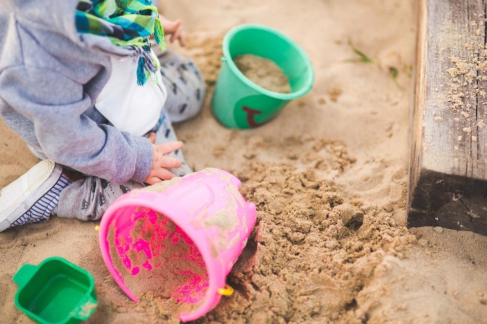 Kind spielt im Sandkasten