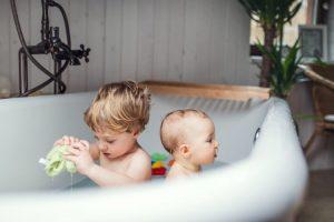 Kinder beim baden